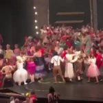 舞台のフィナーレに飛び跳ねて喜ぶ出演者 → 床抜けるアクシデント。