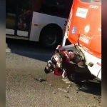 【衝撃映像】バイクの男性、バスに埋まってしまう・・・。