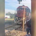 通過する列車にギリギリまで近づいて撮影する女性、轢かれてしまう・・・。