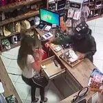 【閲覧注意】強盗にお金を渡した女性店員、撃ち殺されてしまう・・・。