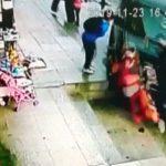 """【衝撃映像】目の前で """"母親が車に轢かれる瞬間"""" を見てしまった男の子。"""
