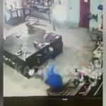 【衝撃映像】機械から外れた部品にヘッドショットされてしまった作業員・・・。
