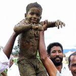 """身体中が """"牛糞まみれ"""" になる世界一臭いインドのお祭り。"""