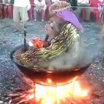 煮えた鍋の中で座禅を組み説法する僧侶。