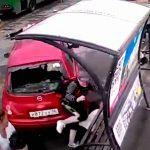 女性ドライバーさん、運転操作を誤ってバックで人を次々轢いてしまう・・・。