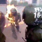 【衝撃映像】暴動の警備中、火炎瓶を身体に浴びてしまう女性警官。