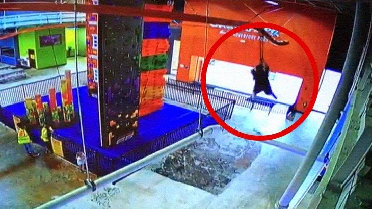 室内ジップラインにて、10歳の男の子が落下してしまうアクシデント映像。