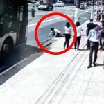 走行中のバスにヘッドスライディングして自殺しようとした男。