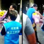 【衝撃映像】街頭演説中の政治家、笑顔で握手してきた男に突然ナイフで刺されてしまう。
