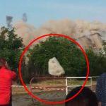 【衝撃映像】爆破解体中、飛んできたブロック片が頭すれすれを通り過ぎる映像。