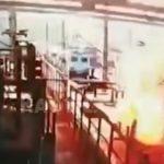 【衝撃映像】電車の車庫で働く作業員が感電死してしまう瞬間。