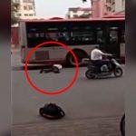 走行中のバスのタイヤに頭を突っ込んで自殺した男。