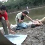 水死した友人の死体を前に膝をついて悲しむ男・・・。