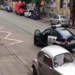 【衝撃映像】銃を持った警察官に歯向かった男、射殺される。