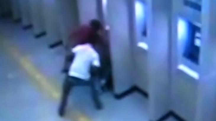 【衝撃映像】ATMでお金をおろしていた男性、2人の強盗にナイフで刺されて死んでしまう・・・。