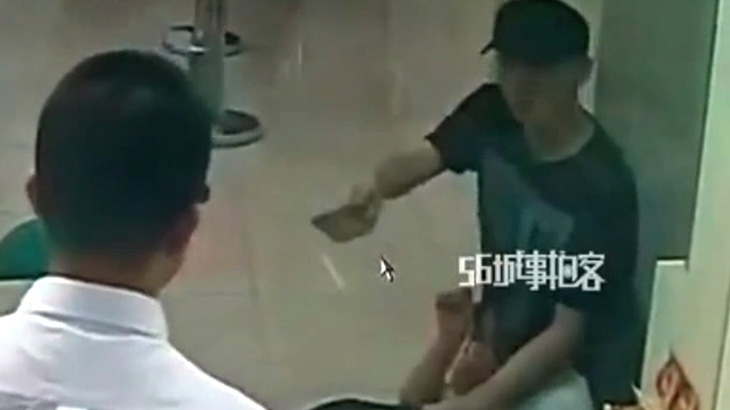 銀行強盗の男、わずか5分で逮捕されてしまう。