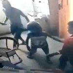 【衝撃映像】大人と一緒にマチェーテを持って強盗する小学生くらいの男の子・・・。