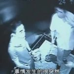 【衝撃映像】あまりの暑さにイライラしすぎた男、無関係の2人の男性をナイフで刺してしまう・・・。
