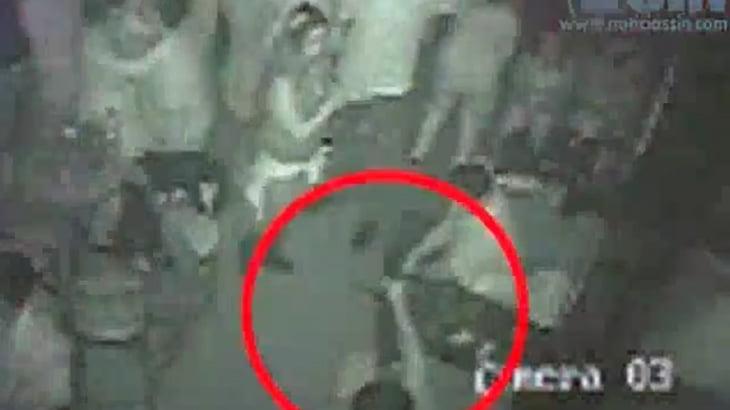 【衝撃映像】ナイトクラブにて自分の彼女に近付きすぎた親友を銃で撃ってしまうイカれた彼氏・・・。
