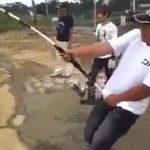川で釣りをしていた男性、とんでもない魚を釣り上げてしまう・・・。
