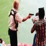 【閲覧注意】捕虜を銃殺して川へ次々放り投げていくグロ動画。