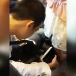 電車内で女性のスカートの中を盗撮する男、あまりにも分かりやすすぎる・・・。