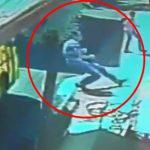 【衝撃映像】てんかん発作で倒れた男性、ちょうど通過したバスのタイヤに頭を踏み潰されてしまう・・・。