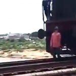 """【閲覧注意】突き刺さった男性死体を """"ぶら下げたまま"""" 走り続ける列車・・・。"""