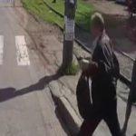 【衝撃映像】見知らぬおじいちゃんに突然、背中を刺されてしまった2人の男性。