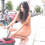 路上で全裸となりアイス・バケツ・チャレンジしちゃう美女。