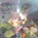 【衝撃映像】ヤシの木をチェンソーで伐採していたらなぜか炎が燃え広がってしまうアクシデント。