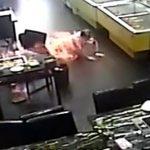 【衝撃映像】火鍋用の燃料補給中に炎に包まれてしまった女性客。