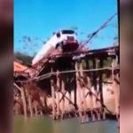 【衝撃映像】細い木で組み立てられた橋を大型トラックが渡ろうとした結果・・・。