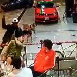【衝撃映像】お店のテラス席で食事中、突然うしろから刃物で首を切られてしまう事件映像。