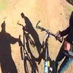 【衝撃映像】森の中をサイクリングしていた男性、山賊に自転車を奪われてしまう・・・。