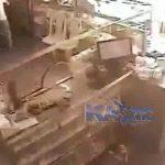 【衝撃映像】店を襲撃された店主、火炎瓶で火だるまになってしまう・・・。