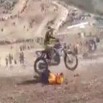 モトクロスレース中に転倒したライダーが後続バイクに次々轢かれて死亡したアクシデント映像。