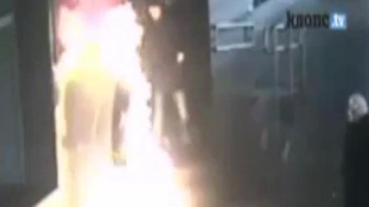 【衝撃映像】市役所前で自分の身体にガソリンを撒いて焼身自殺した男・・・。