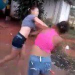 1人の男の子を巡って喧嘩する2人の女の子。