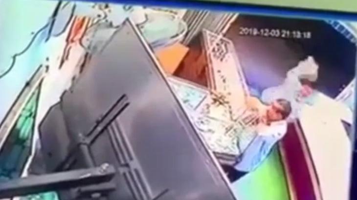 貴金属店の店主、強盗にハンマーで殴られてしまう・・・。