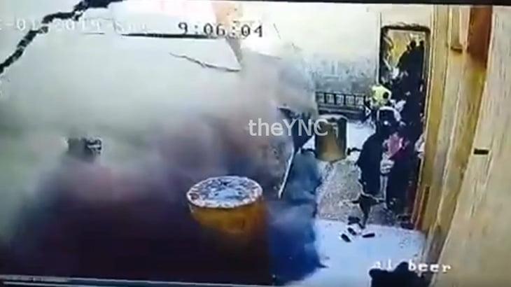 【衝撃映像】突然崩壊した壁に押しつぶされてしまう人々。