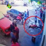 【衝撃映像】ヘッドショットされて死んだ男性を放置して一目散に逃げていくブラジルの住民たち。