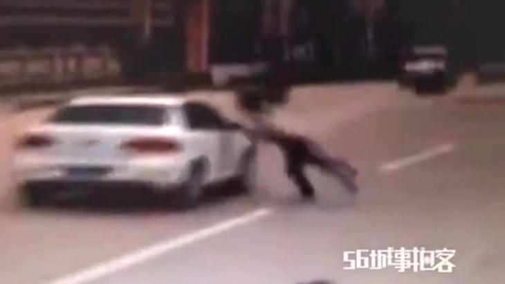 走行中の車に何度も体当たりするイカれた男。