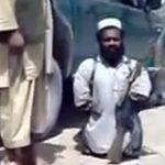 """身長が """"自動小銃AK-47"""" と同じくらいの小人症の兵士。"""