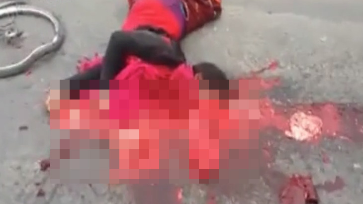 """【超!閲覧注意】轢かれた女性の身体から """"飛び出した心臓がビクンビクン動く"""" グロ動画・・・。"""
