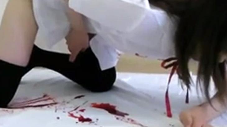 【閲覧注意】日本の女子高生さん、お腹に包丁を刺してしまう・・・。