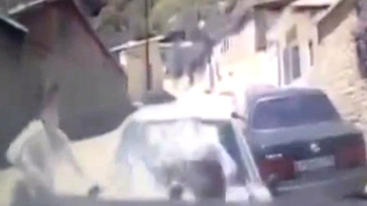 【衝撃映像】停車中の車と突っ込んできた車の間に挟まれてしまった幼い男の子。