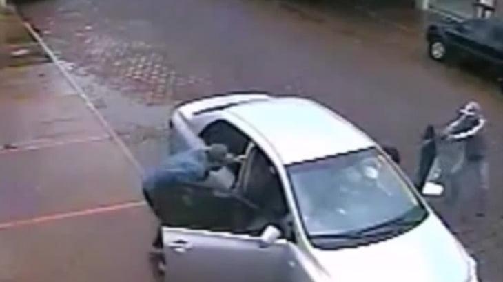 【衝撃映像】路駐していたドライバー、強盗に車を奪われるどころか射殺されてしまう・・・。