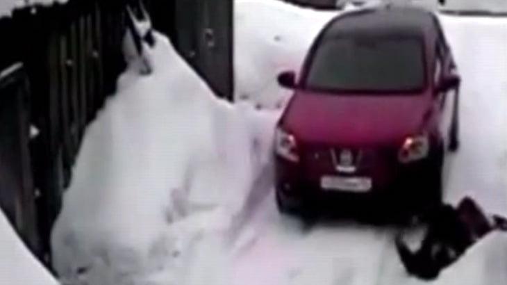 【衝撃映像】イカレ女さん、車体を傷つけた女性を車で轢いてしまう・・・。