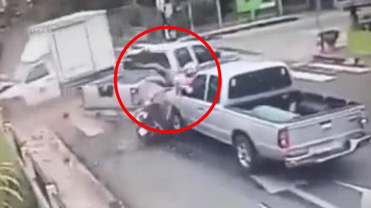 【衝撃映像】信号待ちで停車中、車同士の衝突事故に巻き込まれて死んでしまった人間・・・。